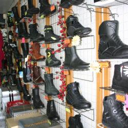 Large choix de bottines de moto et cross pour homme, dame et enfant. Modèles de route et vintage - Golden Bikes, votre spécialiste motos et scooters - magasin, atelier, banc de puissance